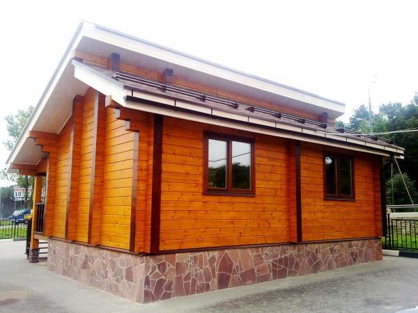 На фото своими руками обработанный акриловой краской фасад дома – это не только хороший внешний вид, но и защита древесины от внешних воздействий