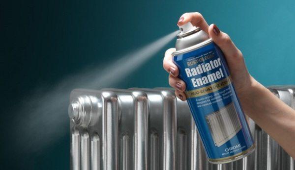 На фото вы видите использование распылителя для покраски радиатора.