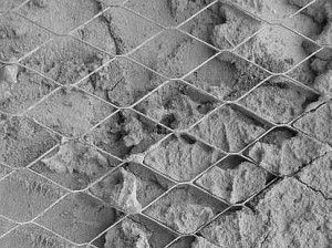 Наброс должен полностью заполнять все ячейки и особенно пространство между металлом и стеной