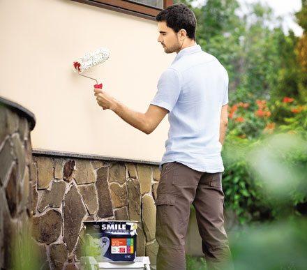 Нанесение акриловой краски на внешнюю стену валиком осуществляется легко и просто!