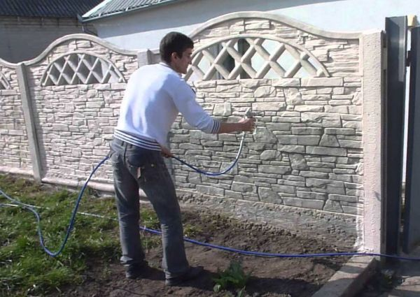 Нанесение грунтовки на поверхность с помощью распылителя
