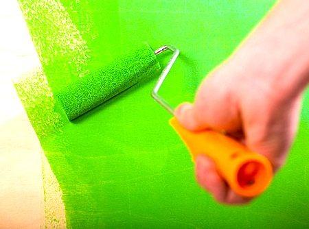 Нанесение краски на древесно-слоистую плиту с помощью валика