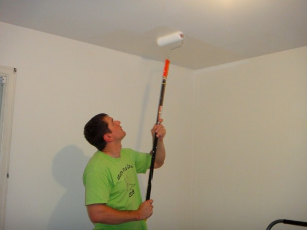 Нанесение на потолок акриловой краски