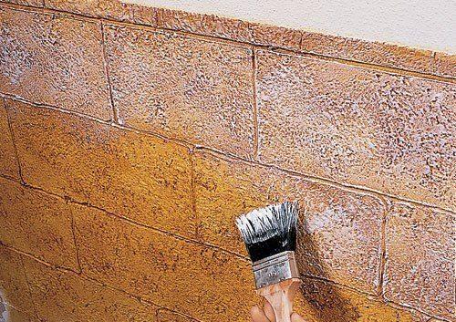 Нанесение перламутра на стену с имитацией кирпичной кладки.