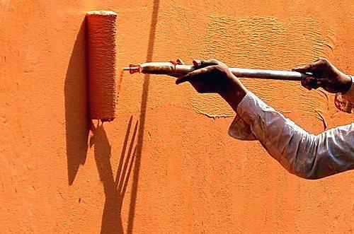 Нанесение валиком на фасад акрилового красителя
