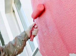 Нанесение валиком на фасад краски