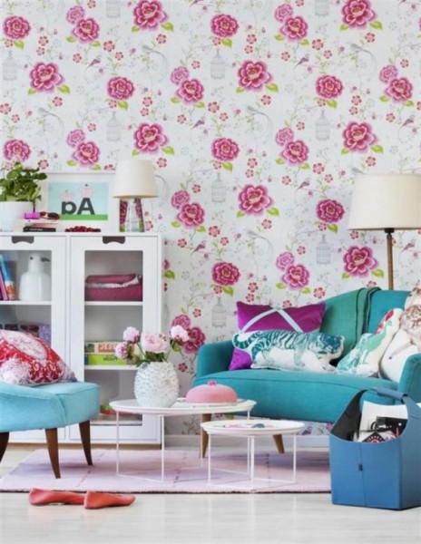 Нарядное оформление комнаты обоями с цветами
