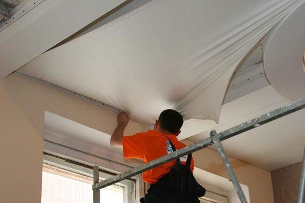 Что делать раньше натяжной потолок или обои
