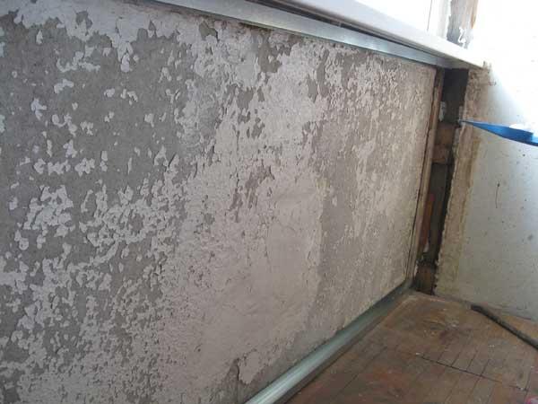 Необходимо со стен убрать всю отслоившуюся штукатурку