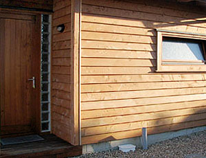 Облицовка дома деревянным сайдингом.