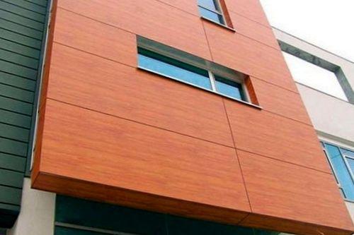 Образец стены, облицованной панелями из древесного волокна.