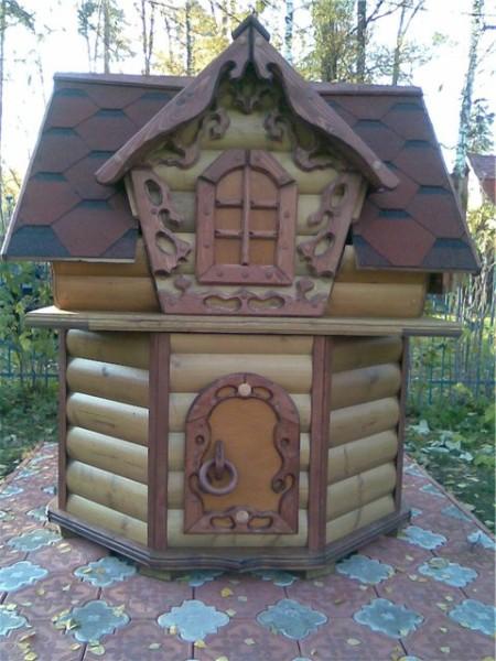 Обшивка в виде небольшого домика из древесины