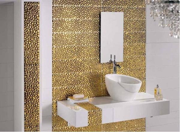 Оформление стены позолоченной стеклянной мозаикой.