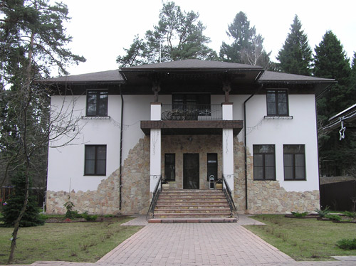 Окрашенный бетонный фасад дома