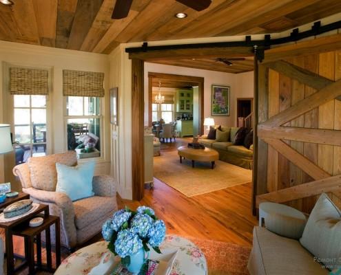 Окрашенный потолок в деревянном доме