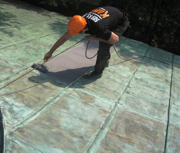 Окрашивание старой крыши