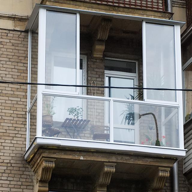 Остекление может быть как частичным, так и полноценным – от пола до потолка (на фото)