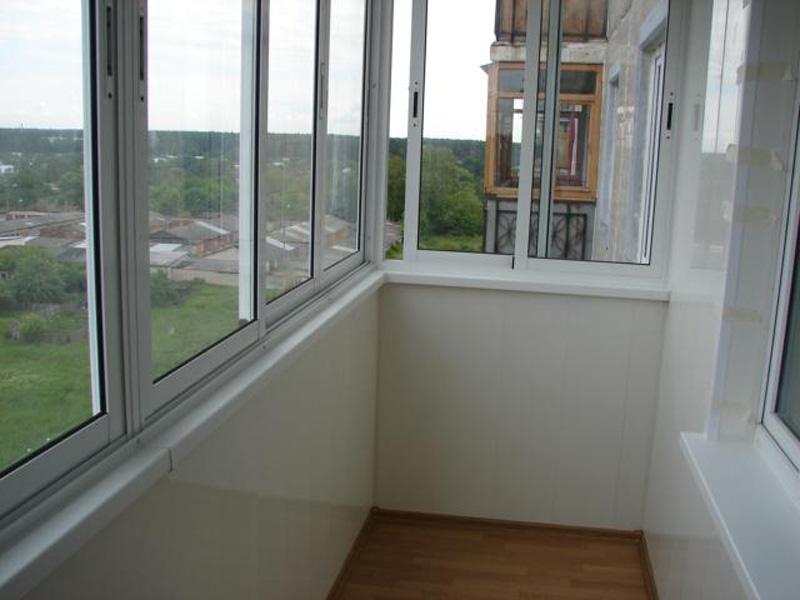 Остекленный балкон, это не только красиво, но и практично – помещение получает дополнительное утепление