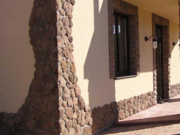 Отделанный камнем фасад