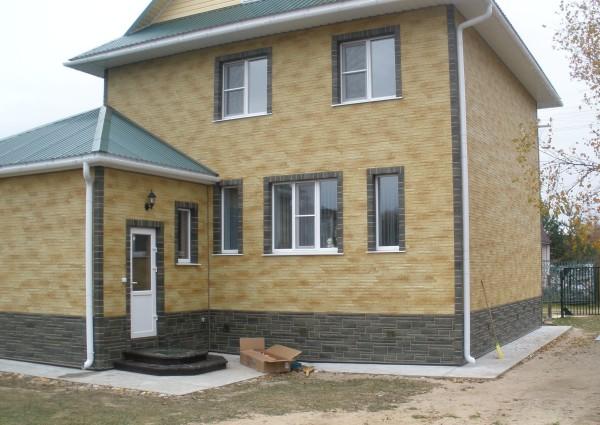 Отделанный навесными панелями дом