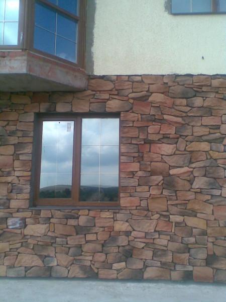 Отделка фасада дома декоративным камнем.
