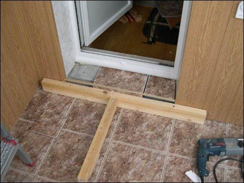 Установка межкомнатных дверей своими руками с порогом