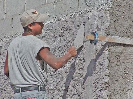 Отделка стены известковой штукатуркой