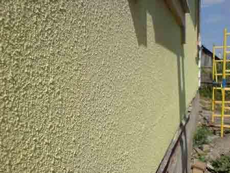 Отделка внешней поверхности стен декоративной штукатуркой.