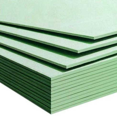Отличить влагостойкий гипсокартон от обычного просто: он имеет покрытие зеленого цвета