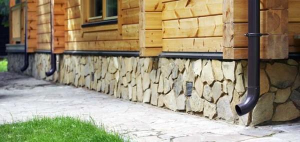Отвечая на вопрос, чем лучше отделать деревянный дом снаружи, для начала следует уточнить место работ, если это цоколь, то камень – очень подходящий вариант