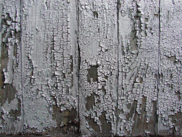 Парадокс, чем старше поверхность, чем ужаснее она выглядит, тем проще ответить на вопрос, чем снять старую краску с дерева – простым шпателем и своими руками