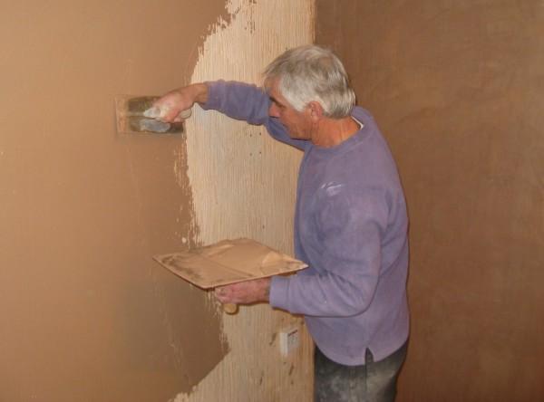 Перед окончанием работ, необходимо закончить оштукатуривание всей стены