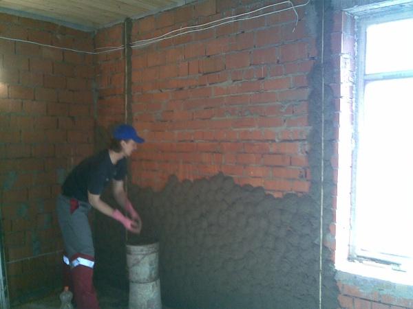 Подготовка к черновой отделке кирпичной стены в доме