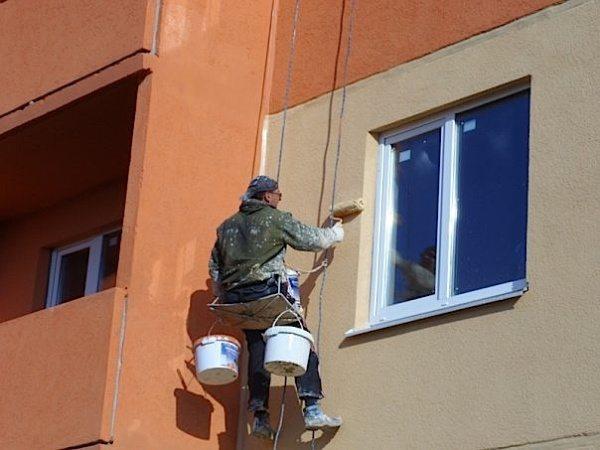 Покраска фасада валиком.