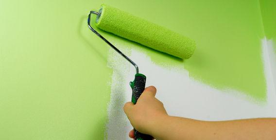 Покраска стен акриловой краской малярным валиком