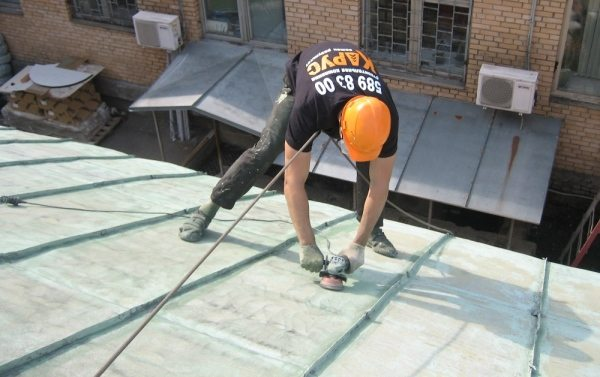 Покраска железной крыши обязательно должна сопровождаться соблюдением повышенных мер безопасности