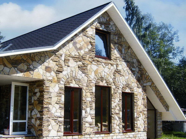Покрытие фасада из природного камня.