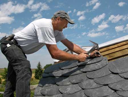 Покрытие крыши пластинами сланца.