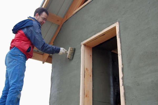 Покрытие оштукатуренной стены укрепляющей пропиткой