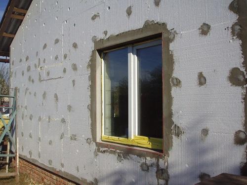 Покрываем утеплителем весь фасад.