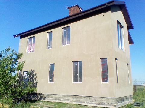 После черновой шпаклевки клеем фасад напоминает оштукатуренный бетон.