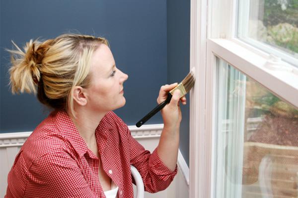 После малярных работ приходится думать, чем оттереть краску со стекла или другой поверхности