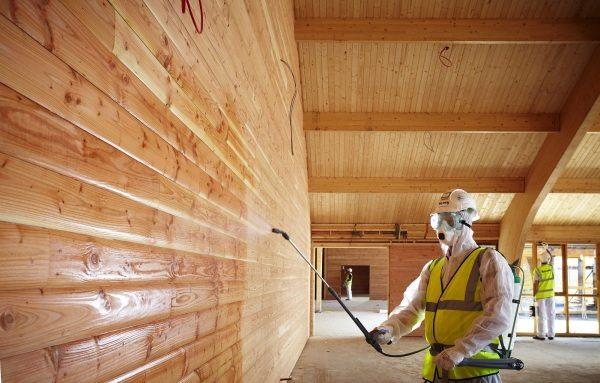 Правильная обработка сохраняет преимущества и устраняет недостатки древесины.