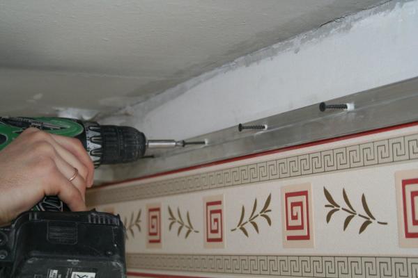 Что делают сначала натяжной потолок или обои