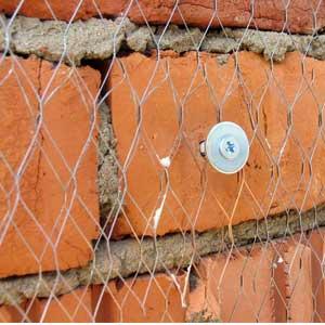 При необходимости создания зазора между металлом и стеной стоит применять такой вид крепежа