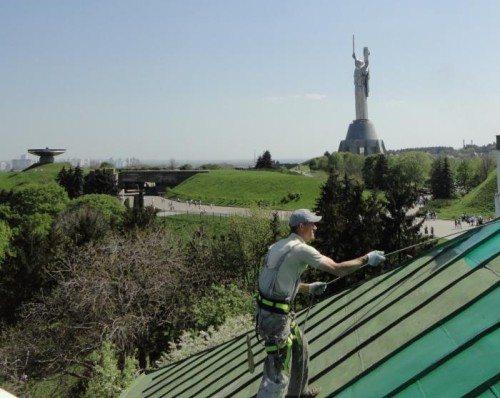 При работах на крыше не забывайте о надежной страховке
