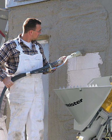 При штукатурных работах механизированным способом степень расслаиваемости смеси очень важна, так как при высоком ее значении шланги будут постоянно забиваться.