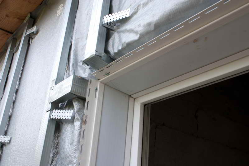 Варианты обрамления арочных проемов при отделке фасада сайдингом