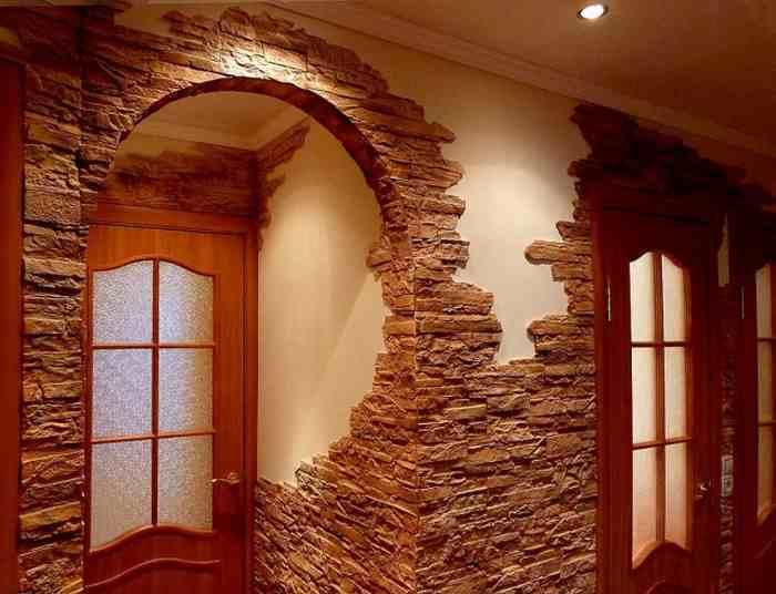 Искусственный камень в дизайне прихожей