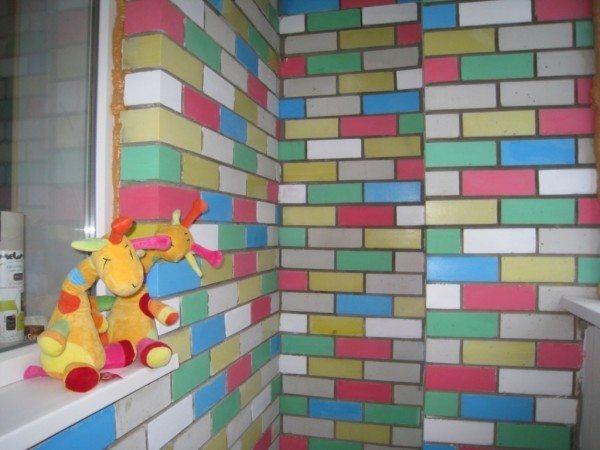 Пример стены, на которой кирпичи покрашены в разные цвета